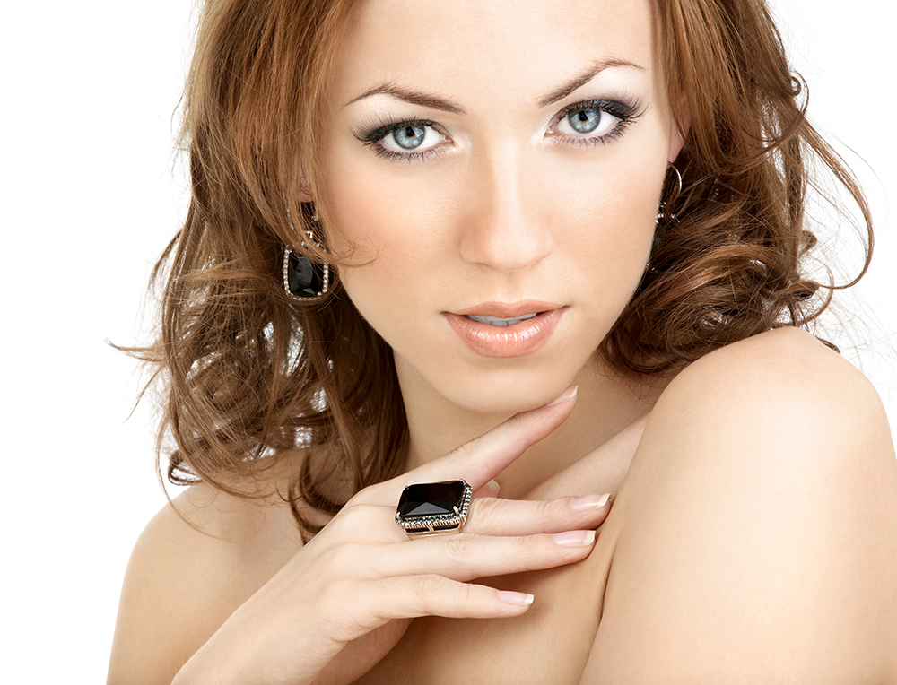 model with black spinel jewelry